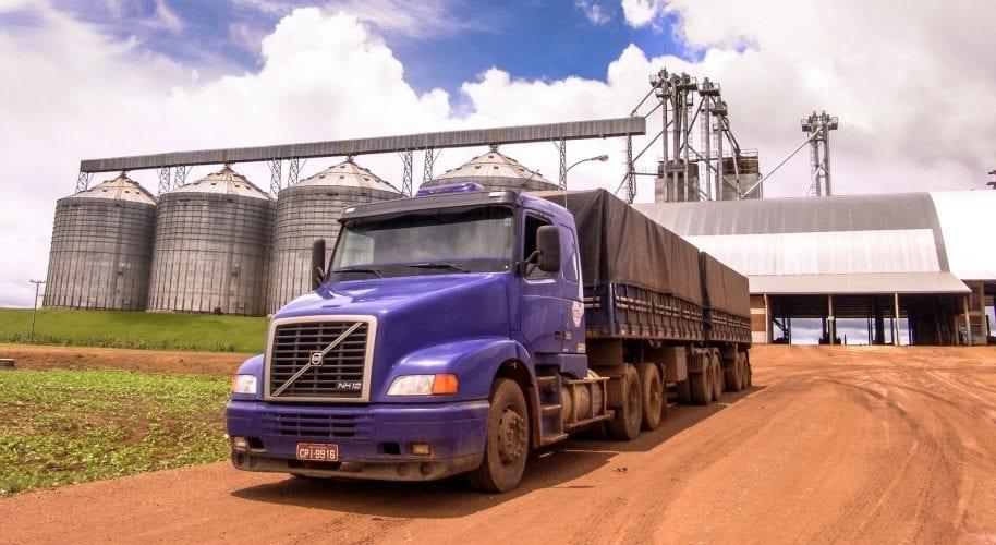 Caminhão na estrada em frente a silos - emissão de MDF-e